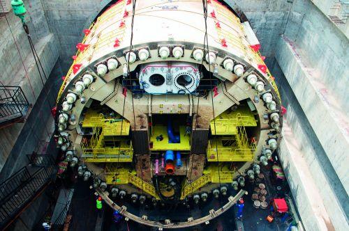 2019年3月20日,在印度尼西亚雅加达的雅万高铁一号隧道项目现场正在组装的盾构机。图/ 新华
